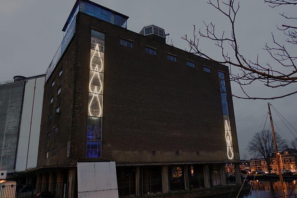 Inge Reisberman realiseert lichtobject in de Meelfabriek in Leiden